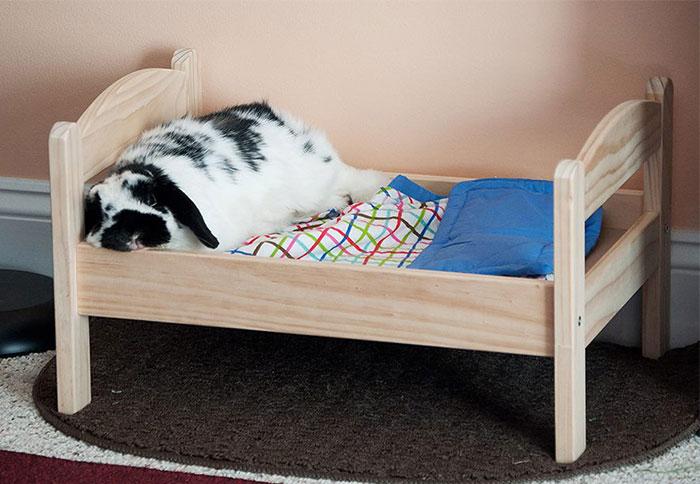 C mo transformar una cama de mu ecas de ikea en una for Cama munecas ikea