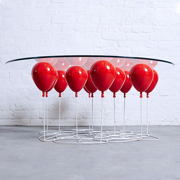 Esta mesita parece estar sostenida por globos que flotan