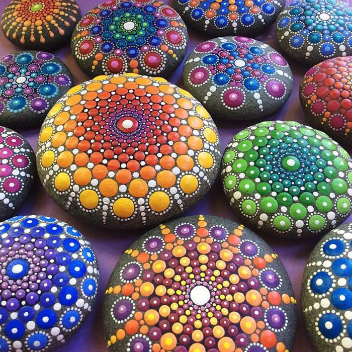 Esta artista pinta piedras marinas con miles de puntitos para crear