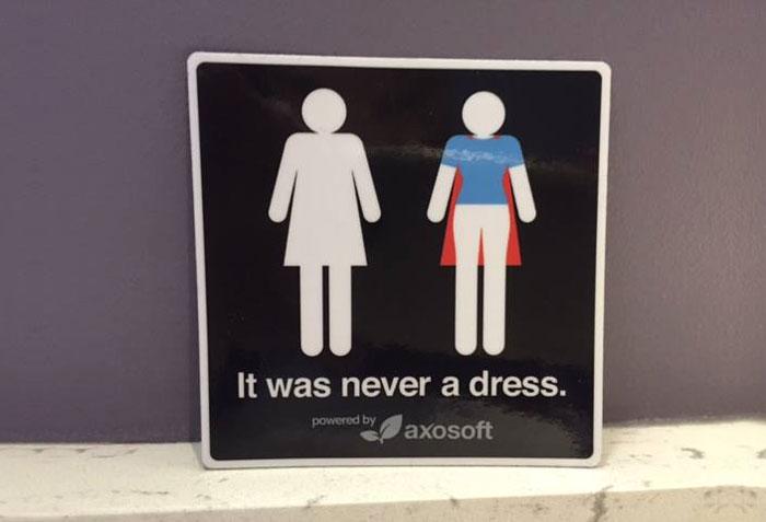 Nunca fue un vestido: Esta campaña cambia el modo de ver los carteles del cuarto de baño