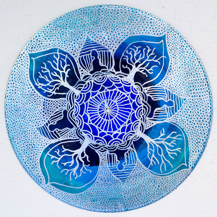 Esta terapeuta artstica pinta mandalas en discos de vinilo Bored