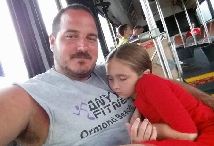 tras convertirse en padre soltero aprendió a peinar a su hija y