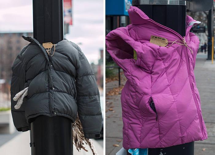 Estas niñas ataron abrigos a farolas y postes para ayudar a indigentes a prepararse para el invierno en Canadá