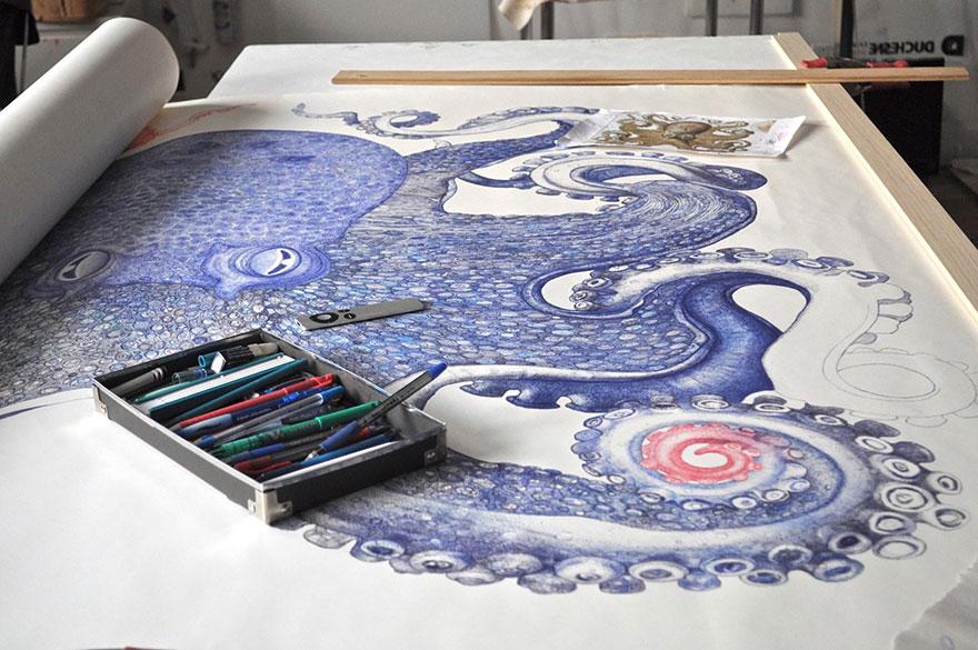 Este artista pasó un año dibujando un pulpo gigante usando bolígrafos desechados