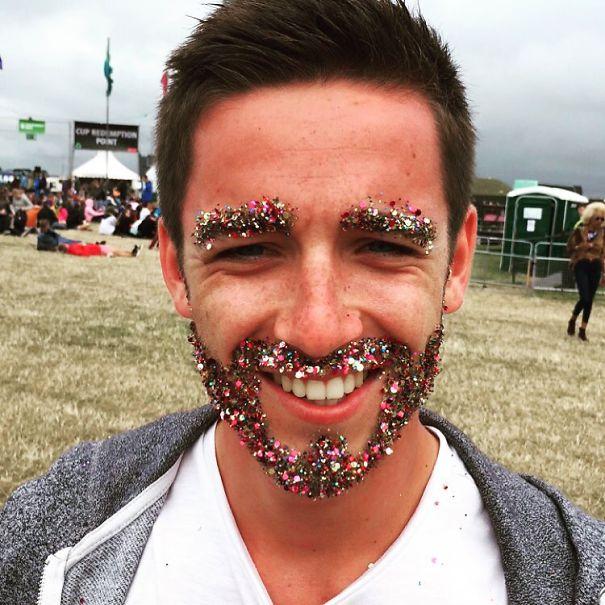 Estos hombres cubren sus barbas con purpurina para las fiestas