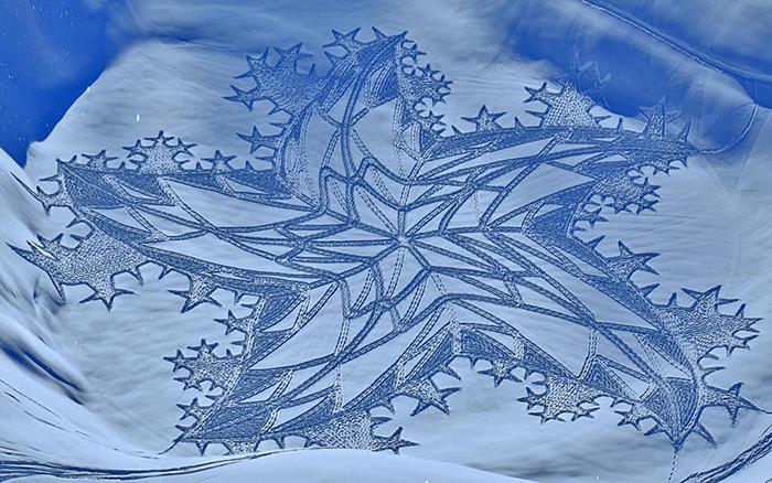 Este artista caminó todo el día en Siberia para crear un mural con un dragón gigante en la nieve