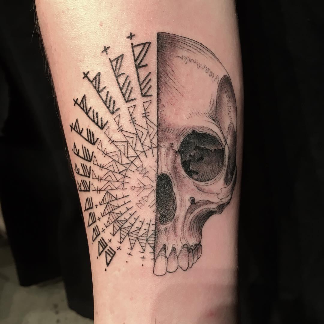 Este tatuador hizo los diseños que quiso en las personas que metieron el brazo por un agujero
