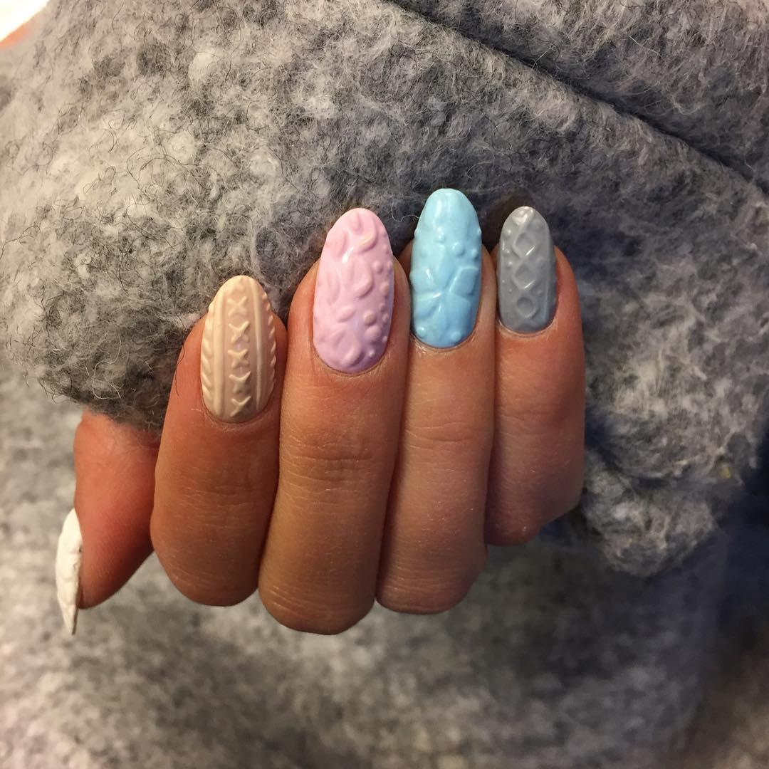 Este estilo de uñas con textura de tejidos hace juego con tus jerséis de invierno