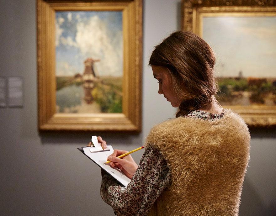 """Este museo """"prohibe"""" las cámaras y pide a los visitantes que dibujen las obras para apreciarlas mejor"""