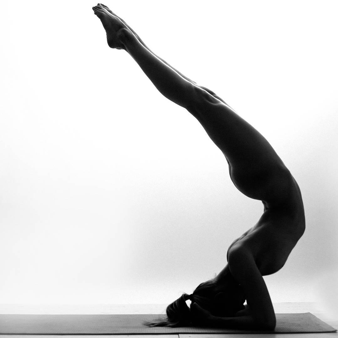 Esta yogini transforma su cuerpo en arte sin romper las normas sobre desnudez en Instagram