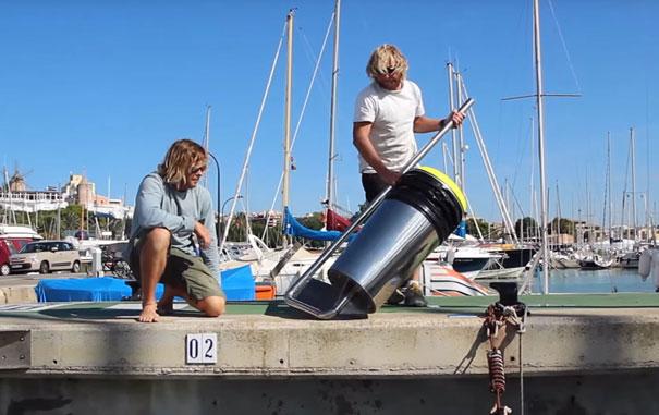 Este cubo de basura flotante limpia los océanos