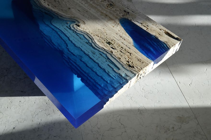 Mesas semejantes a lagos creadas mezclando resina con for Mesas de jardin de resina