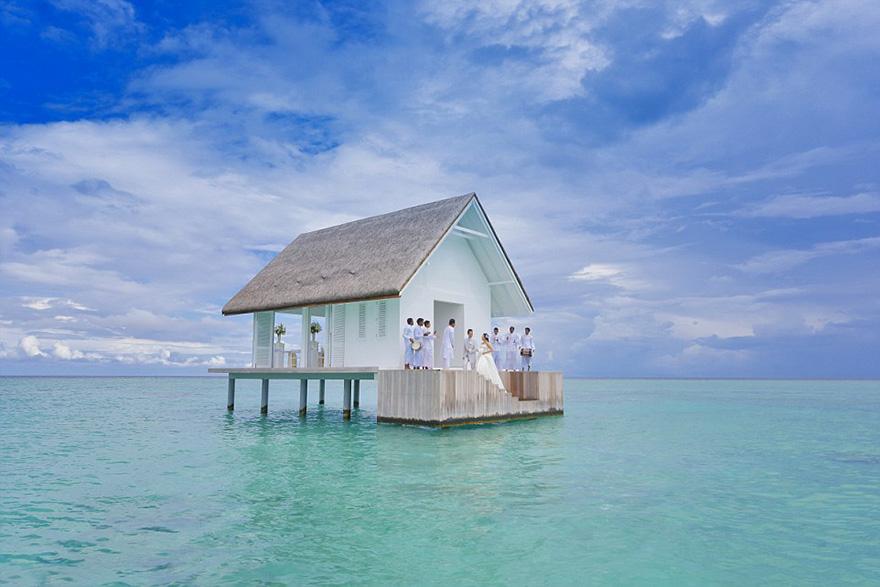 Este pabellón de bodas sobre el agua con pasillo de cristal acaba de abrir en Maldivas