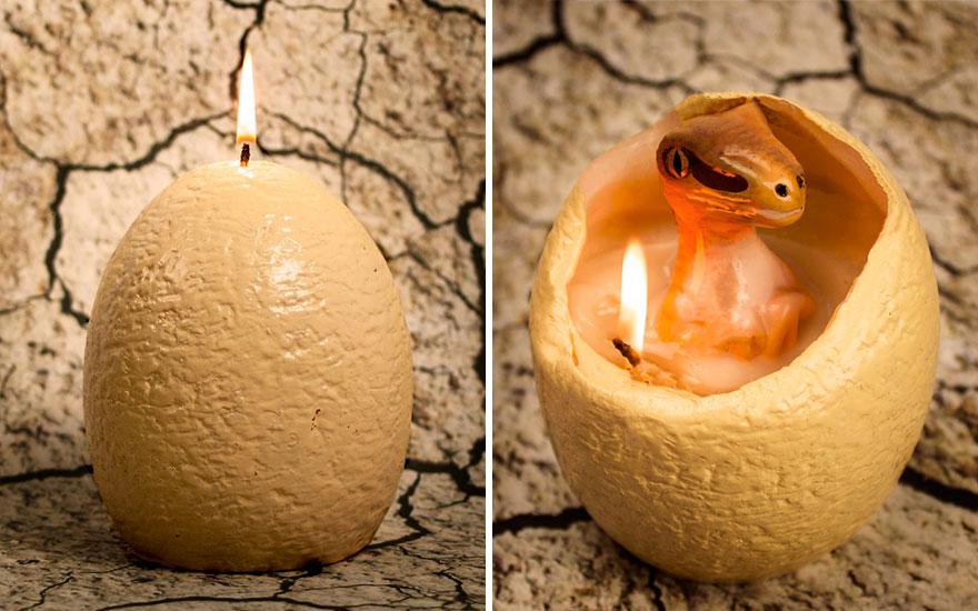 """De esta vela en forma de huevo de dinosaurio """"eclosiona"""" una cría de velocirraptor al derretirse"""
