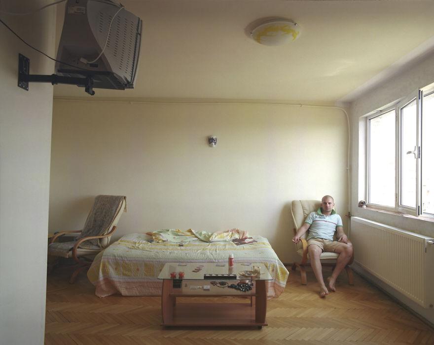 10 Pisos iguales, 10 vidas distintas, documentado por un artista rumano
