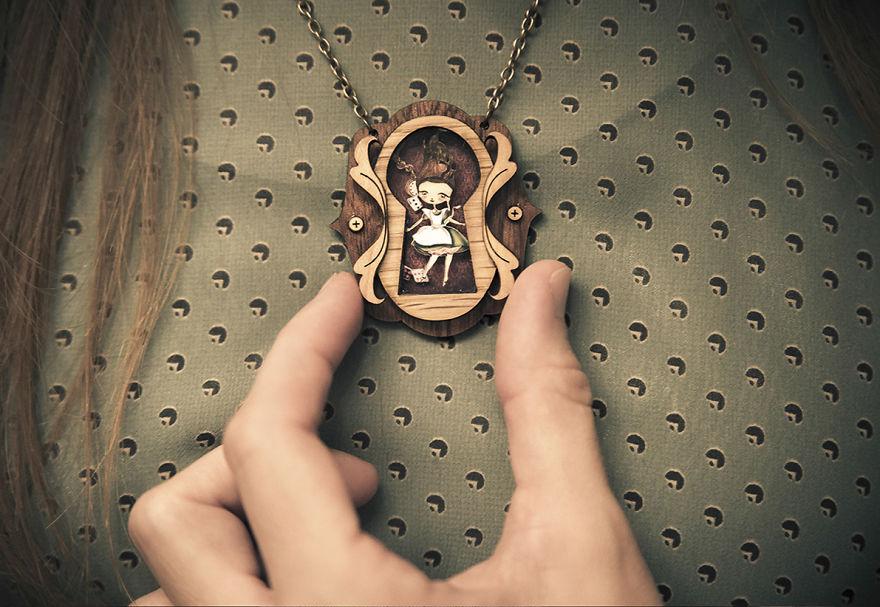 Colgantes inspirados en cuentos de hadas con diminutas escenas en su interior