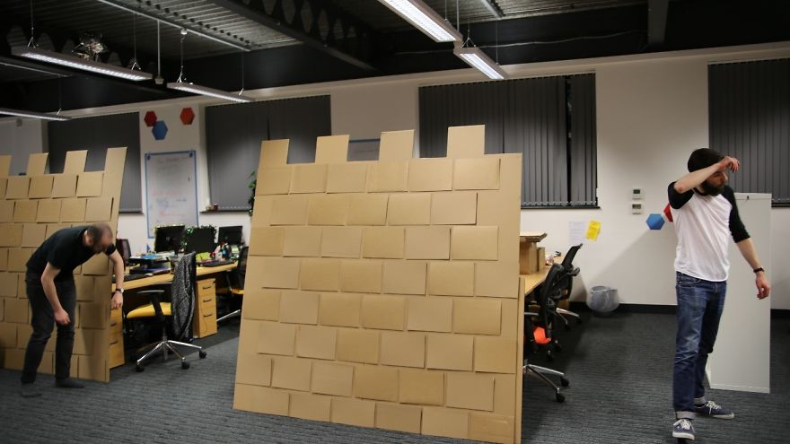 castillo-carton-gigante-oficina-karl-young (10)
