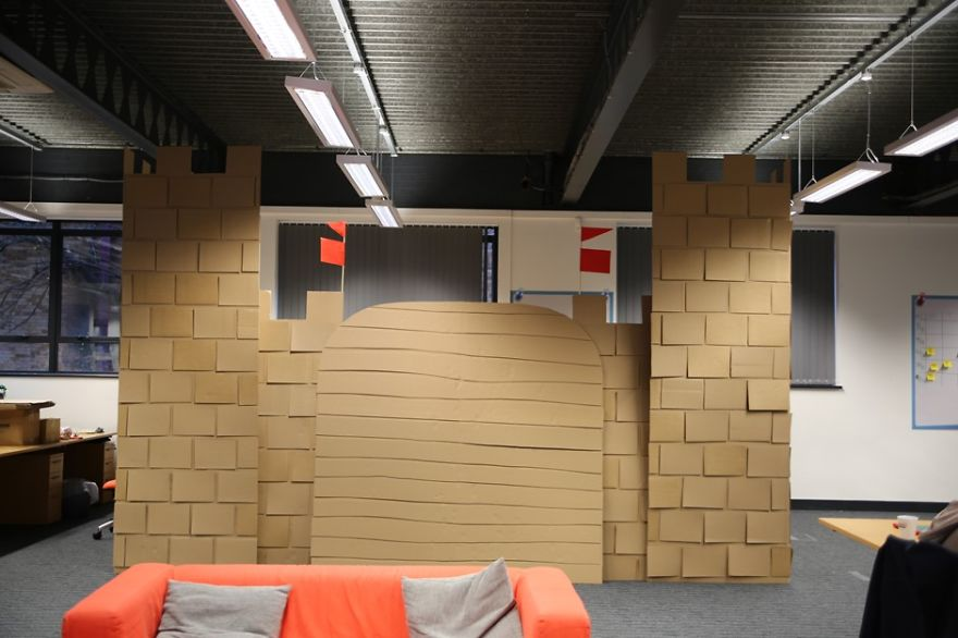 castillo-carton-gigante-oficina-karl-young (4)