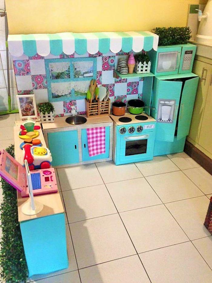 C mo crear una mini cocina de cart n para tu peque bored for Cocina de carton