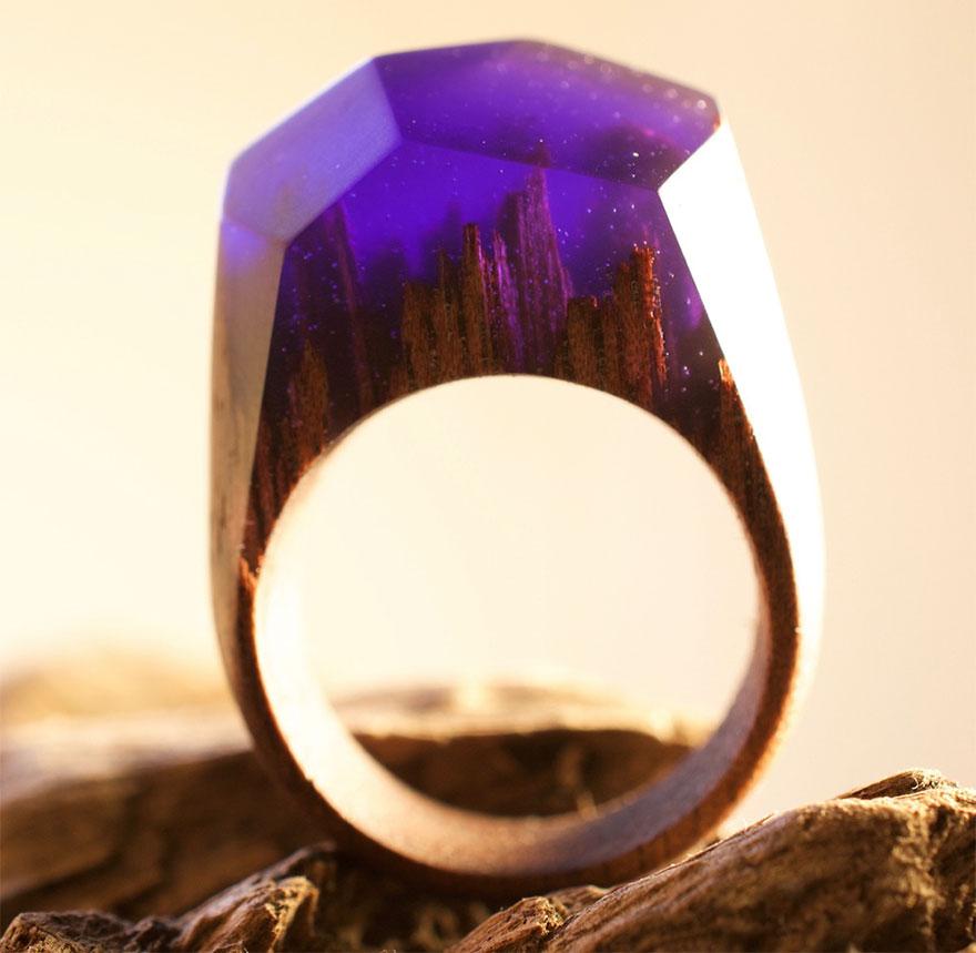 Mundos en miniatura dentro de estos anillos de madera creados por Secret Wood