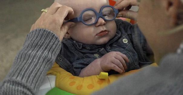 bebe-ve-la-primera-vez-a-su-madre-con-gafas-leopold-wilbur-reppond (3)