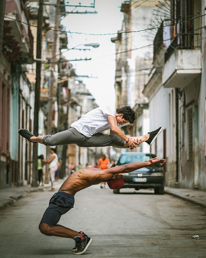 Bailarines de ballet practicando en las calles de Cuba