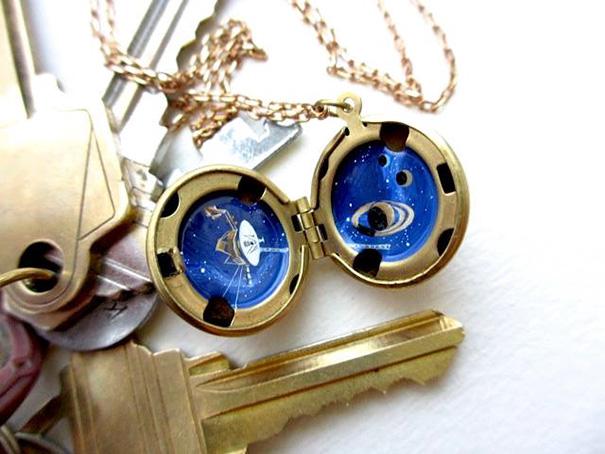 Medallones astronómicos en miniatura que ocultan el universo
