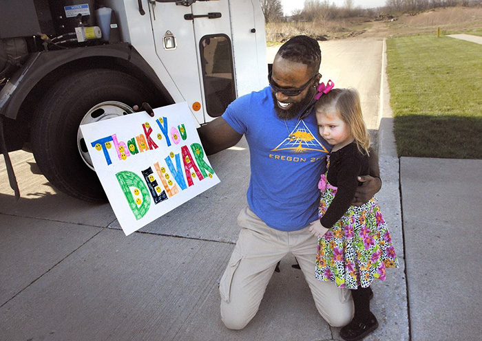 Esta niña sorprendió a su basurero favorito con un pastelito de cumpleaños