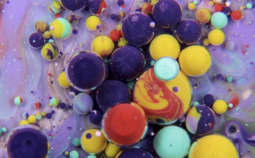 Mezclo pintura, aceite, leche y jabón líquido para crear pinturas danzantes surrealistas