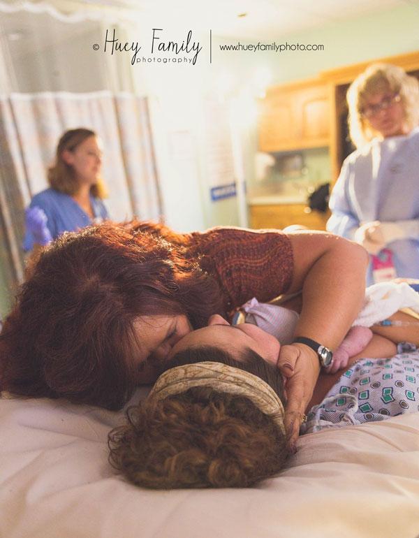 fotos-madres-ayudando-hijas-parto (1)