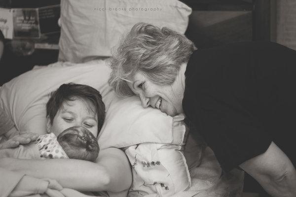 fotos-madres-ayudando-hijas-parto (5)