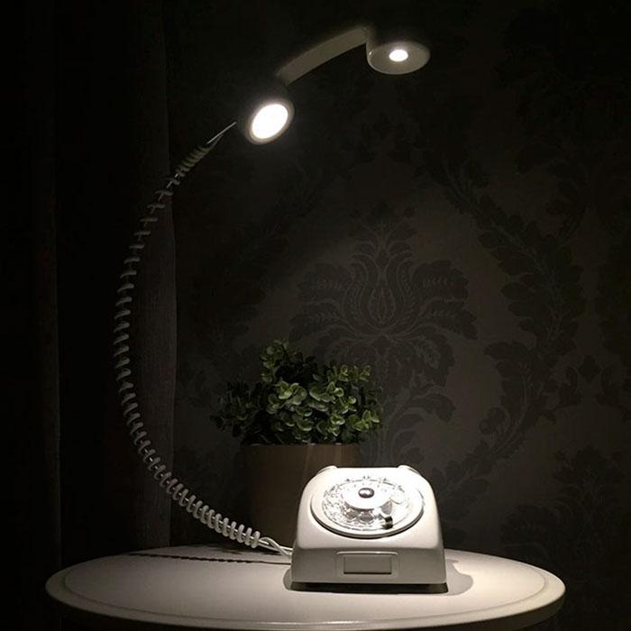 Lámpara creativa hecha con un viejo teléfono de rueda