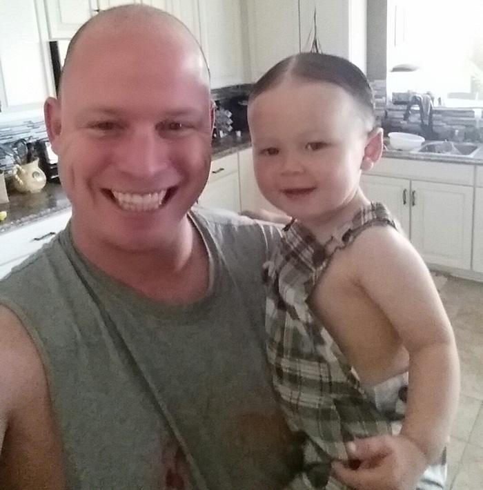 padre-fallo-vistiendo-bebe (2)