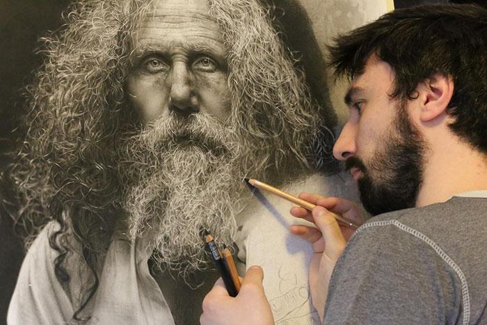 Este artista pasa cientos de horas dibujando arte hiperrealista usando técnicas del Renacimiento