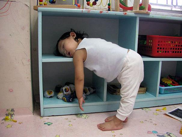 ninos-durmiendo-cualquier-sitio (12)