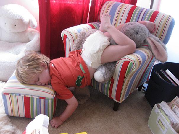 ninos-durmiendo-cualquier-sitio (4)