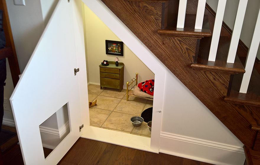dormitorio-bajo-escaleras-perro-chihuahua-pancho (3)