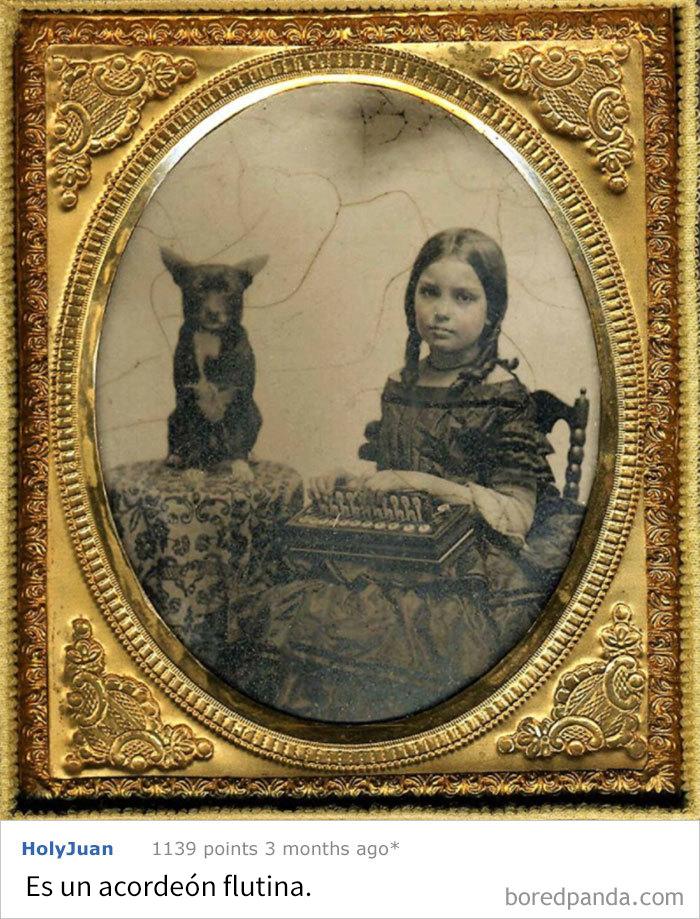 Foto De 1860 De Una Niña Con Su Perro Y Algo Muy Raro En Las Manos