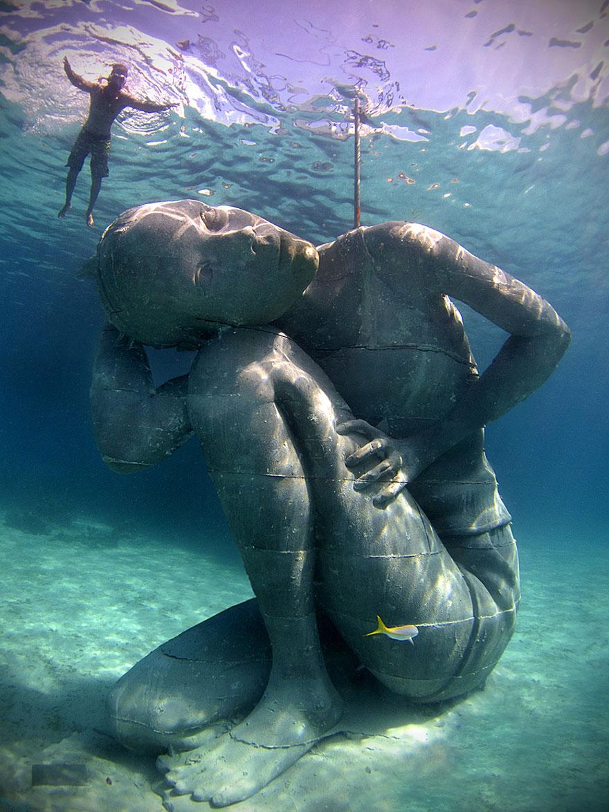 Inmensa Estatua Submarina De Una Mujer Sosteniendo El Océano Sobre Sus Hombros
