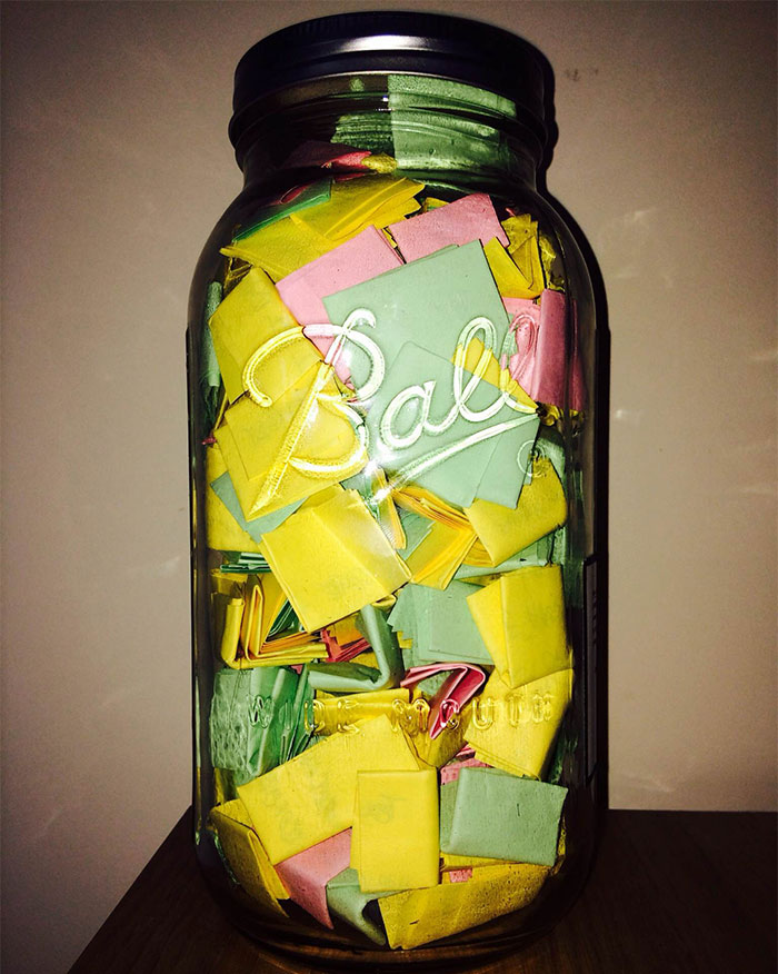 Este novio puso 365 notas románticas en un tarro para que su novia las leyera durante todo un año