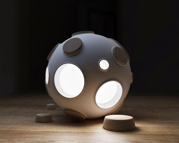 """Esta lámpara lunar se ilumina al """"descorchar"""" sus cráteres"""