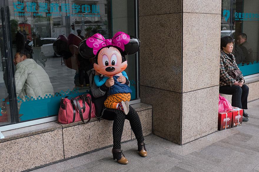 Este fotógrafo callejero autodidacta ha invadido China con sus fotos en el momento justo