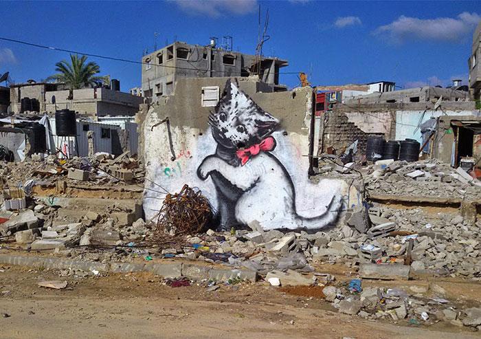 Banksy se cuela en Gaza para crear controvertidas obras de arte urbano