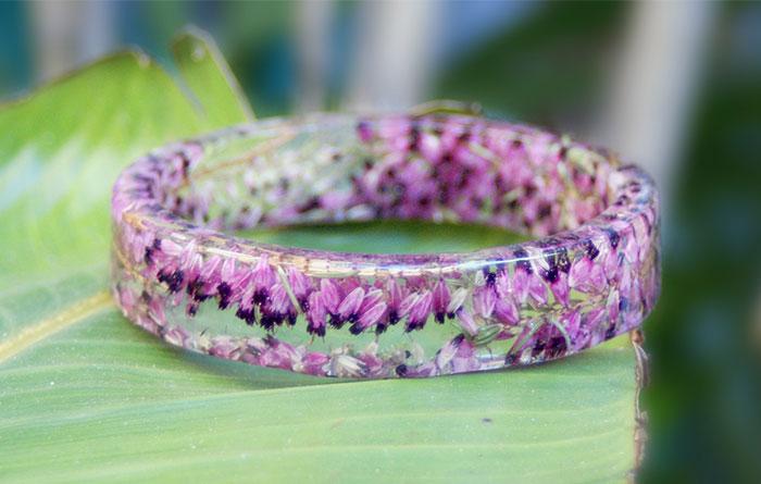 Las flores permanecen congeladas en el tiempo dentro de estos brazaletes de resina hechos a mano