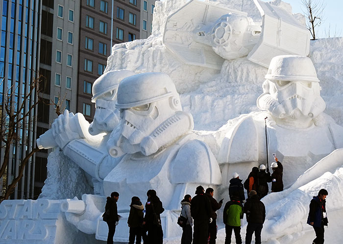 El ejército japonés usa 3500 toneladas de nieve para crear una inmensa escultura de la Guerra de las Galaxias