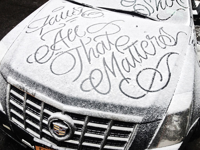 Un misterioso artista callejero deja bonitos mensajes tipográficos en los coches nevados de Nueva York