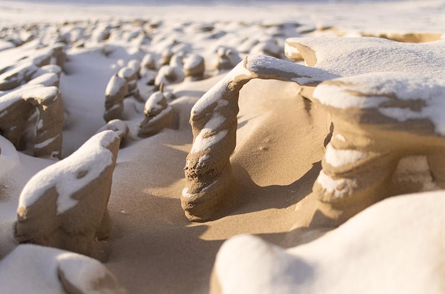 El viento forma extrañas torres de arena helada en la orilla del lago Michigan