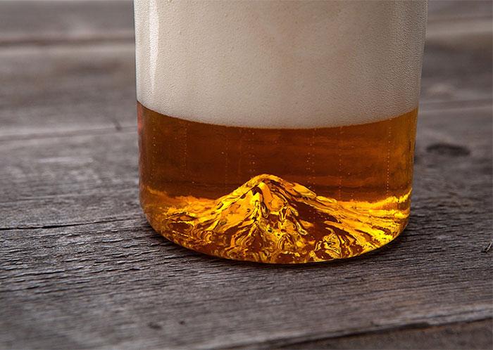 El majestuoso monte Hood se alza desde la base de este vaso de cerveza hecho a mano