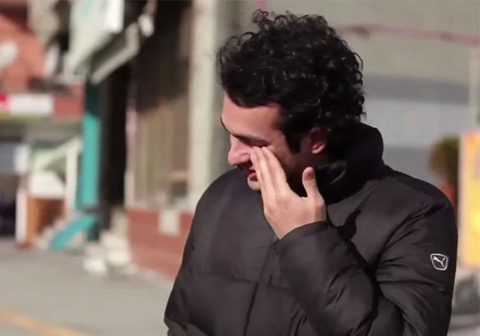 Todo un barrio aprendió lenguaje de signos en secreto para sorprender a su vecino sordo