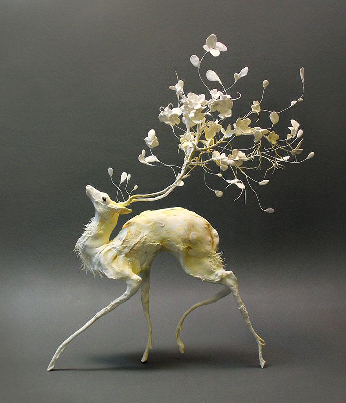 Esta escultora combina animales y plantas en esculturas sobrenaturales